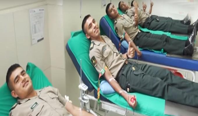 Agentes de la policía donan sangre para bomberos heridos en incendio de VES