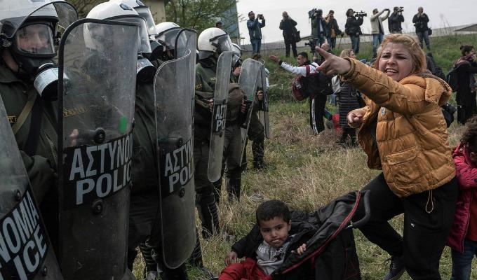 Grecia: policía se enfrenta a refugiados y migrantes