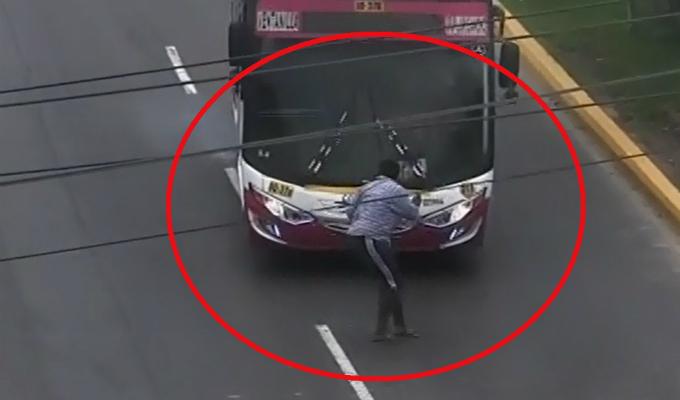 Ventanilla: 'jaladora' de pasajeros es atropellada por bus