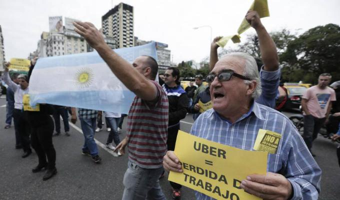 Argentina: taxistas protestan contra Uber y Cabify