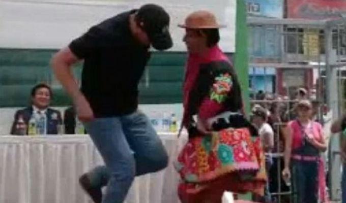 Forsyth demuestra su destreza bailando huayno