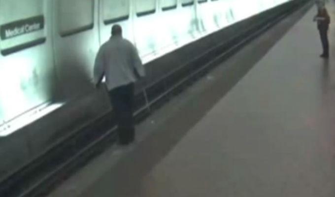 EEUU: invidente tropieza y cae a las vías del tren
