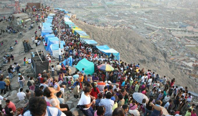 Semana Santa: fieles participan de peregrinación al Cerro San Cristóbal