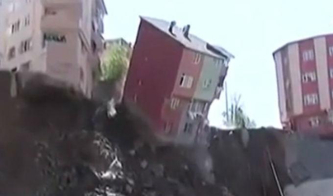 Edificio casi aplasta a rescatistas en Turquía