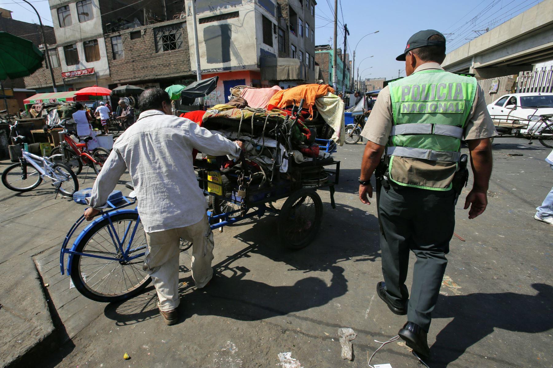 """La Victoria: desalojan ambulantes de """"La Cachina de Aviación"""""""