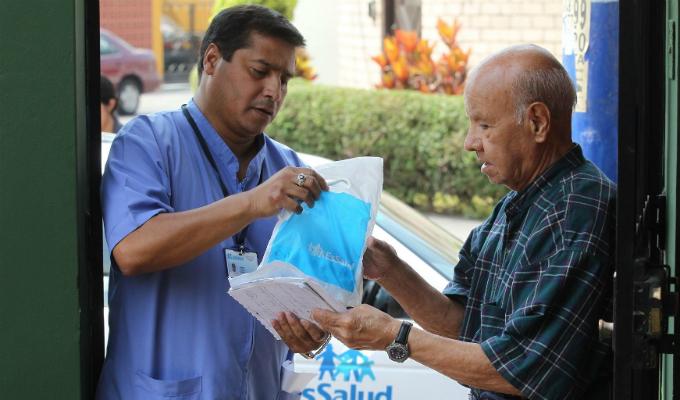 Padomi de EsSalud: adultos mayores reciben atención médica en casa