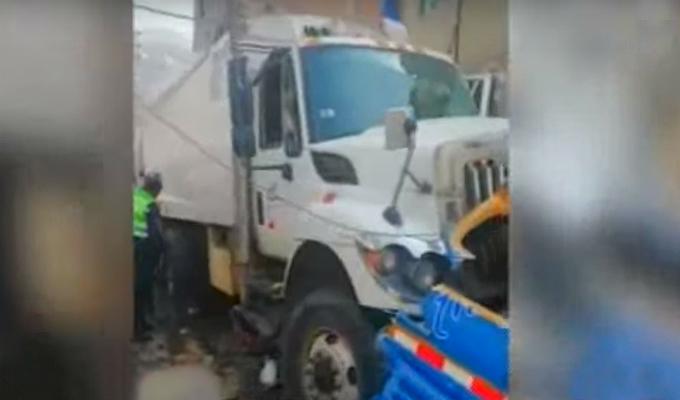 SJL: rescatan a hombre que quedó atrapado tras impacto de camión con tres vehículos
