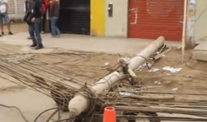 El Agustino: congestión vehicular dejó caída de postes en la Av. Riva Agüero