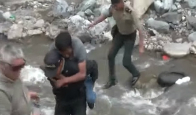 Apurímac: policía rescata a hombre herido en su espalda a falta de camilla