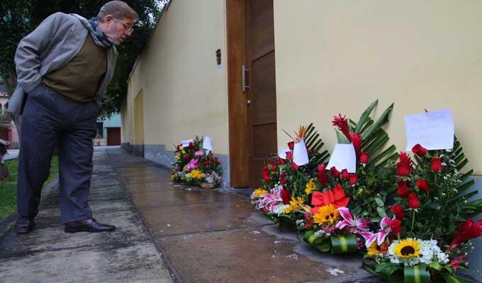 Miraflores: dejan arreglos florales en casa de Alan García