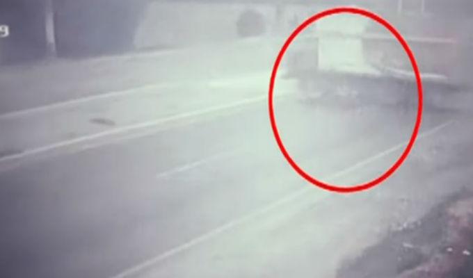 Motociclista sobrevive de milagro tras impactar contra camión