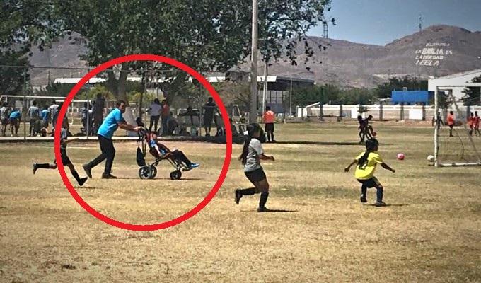 Niño en silla de ruedas juega fútbol impulsado por su padre