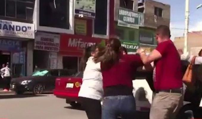Huancayo: mujeres se disputan a golpes cliente de funeraria