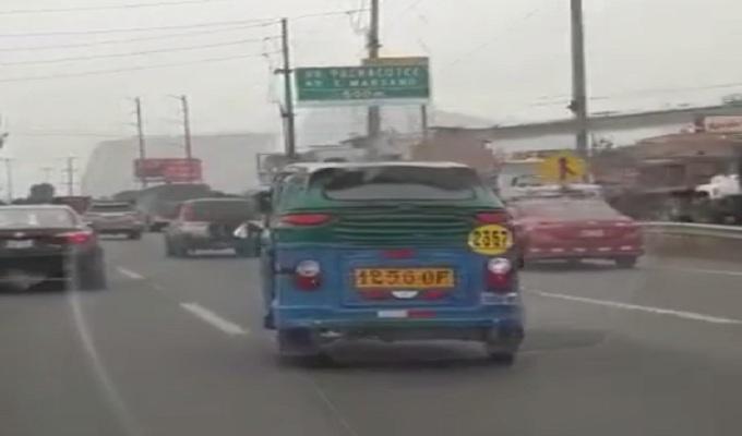 Mototaxi transita por la Panamericana Sur