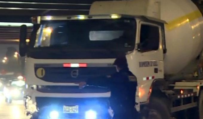 San Isidro: auto chocó con camión mezclador en la Vía Expresa