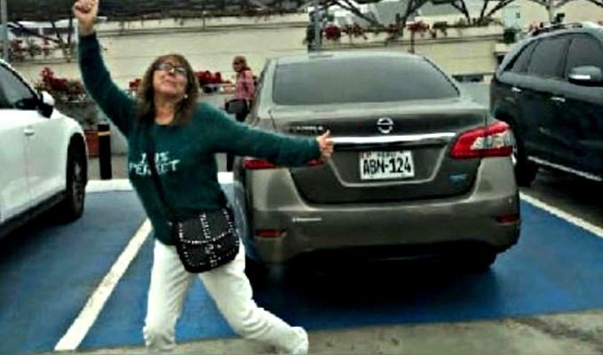 Jockey Plaza: mujer estaciona su auto en zona de discapacitados y su reacción causa indignación