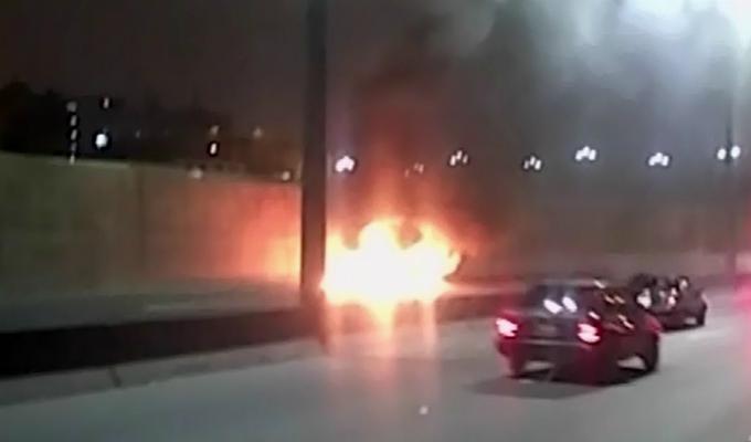 Rímac: auto se incendió en plena Vía Evitamiento por aparente corto circuito