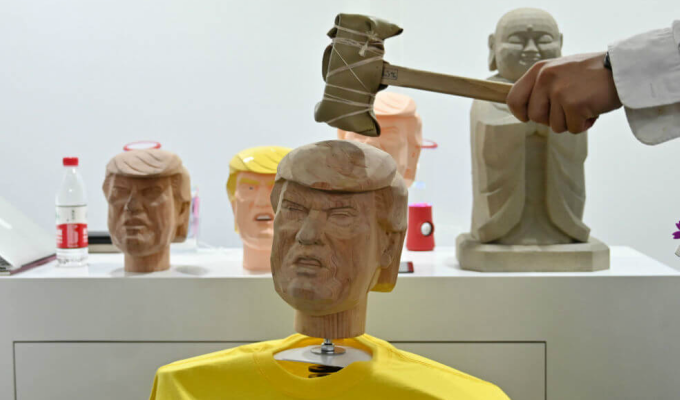 Donald Trump: golpear maniquí de presidente estadounidense es un remedio para el estrés en China
