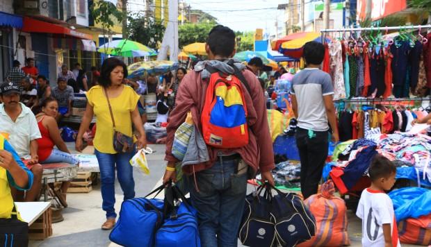 Miles de venezolanos cruzan la frontera de Ecuador rumbo a Perú