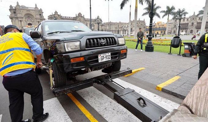 Calles y veredas se han convertido en estacionamientos informales