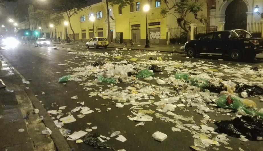 Calles del Centro Histórico de Lima terminan cubiertas de basura