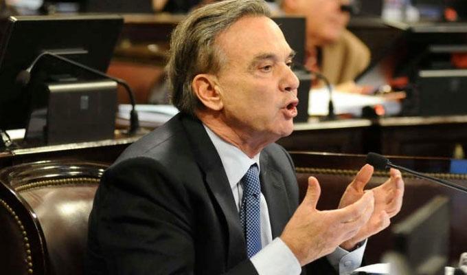 Senador argentino llama delincuentes a peruanos inmigrantes