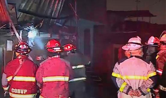 Incendio consumió un taller de estampados en el Cercado de Lima