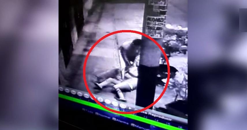 SMP: delincuente golpea y arrastra a mujer para robarle sus pertenencias