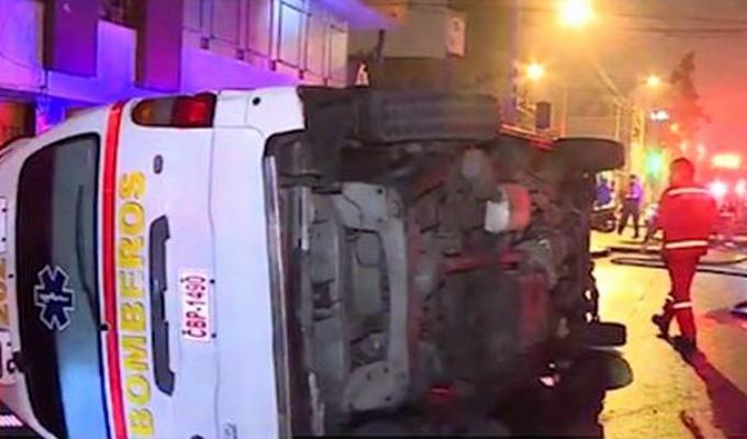 Lince: choque de taxi con ambulancia deja tres bomberos heridos