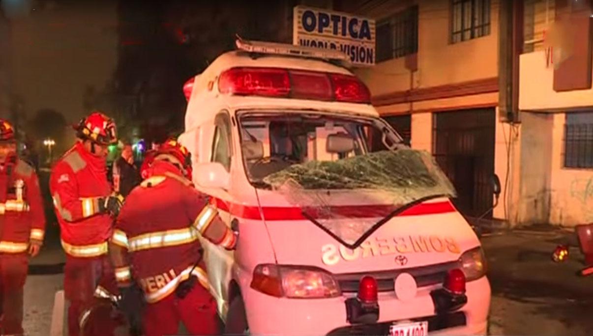 Ambulancia de los bomberos vuelca tras chocar con un auto en Lince