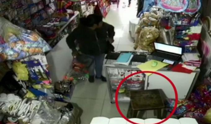 Ilo: cámaras captan a ladrona robando en una piñatería
