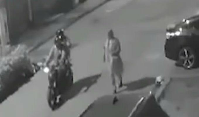 'Raqueteros' en moto agreden a mujer para robarle