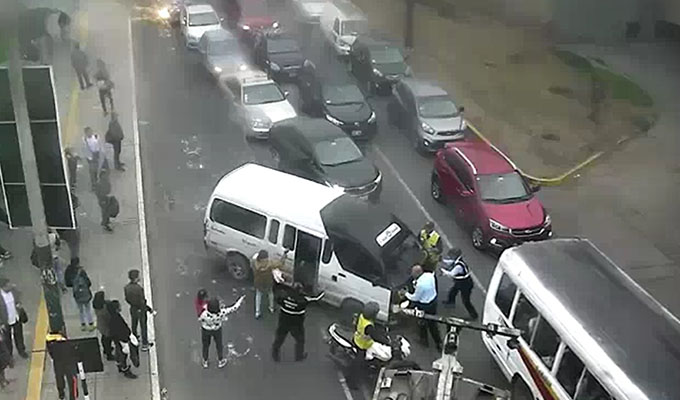 Conductor de combi intentó atropellar a un inspector de tránsito en Surco
