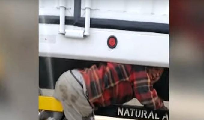 Puente Piedra: hombre arriesga su vida al viajar colgado de tráiler