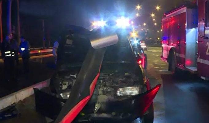 Miraflores: taxi se despista e impacta contra valla de seguridad en la Costa Verde