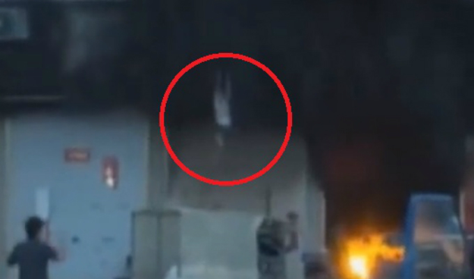 China: madre y sus tres hijos saltan de segundo piso durante incendio