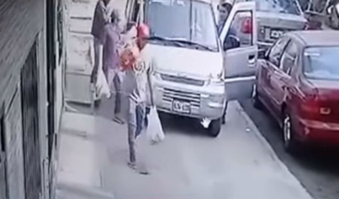 SJL: asaltan camioneta y se llevan comida para perros