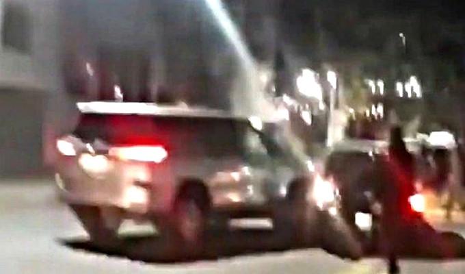 Mujer destruye auto de su esposo tras sorprenderlo siendo infiel
