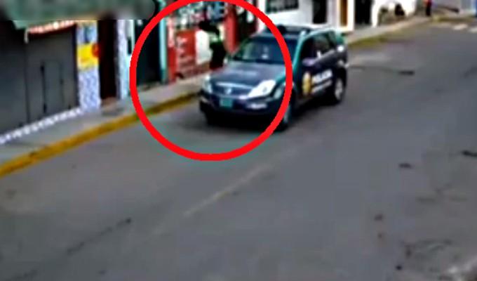 Trujillo: captan a policía 'deteniendo' a un pato en la vía pública