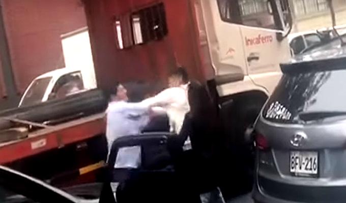 Cercado: futbolista de Alianza Lima se lía a golpes en pleno tráfico
