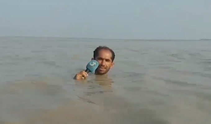 Periodista reportó con el agua en el cuello las inundaciones que afectan Pakistán