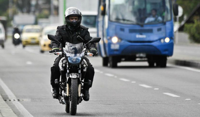Motociclistas protagonizan graves accidentes en vías rápidas