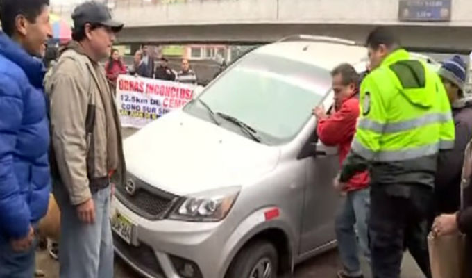 Protestan por obras inconclusas en avenidas Los Héroes y Pachacútec
