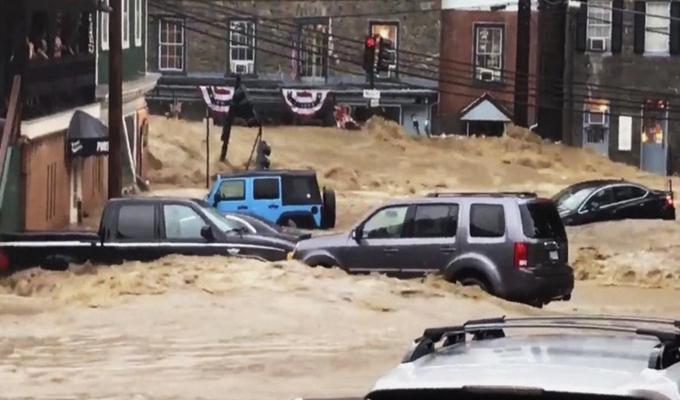 EEUU: decenas de vehículos quedan sumergidos por inundaciones