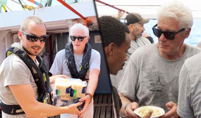 Richard Gere visita a migrantes varados en buque humanitario