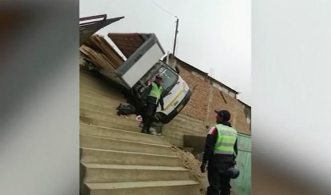 SJL: camión de carga pesada se despista y cae sobre vivienda