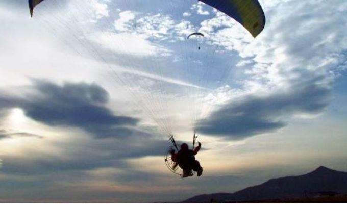 Buscan a instructor de parapente que cayó en el mar de Uruguay
