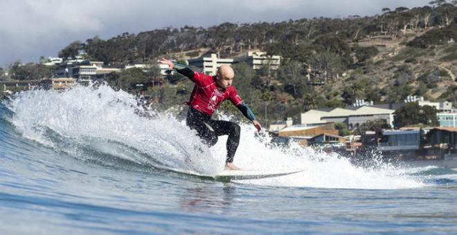 España: surfista invidente es instructor de jóvenes