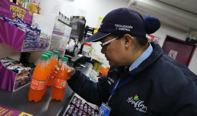 Miraflores: clausuran locales de conocidas tiendas de conveniencia por vender productos vencidos