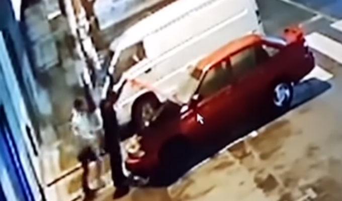 Ate: ladrones roban autopartes en menos de cinco minutos